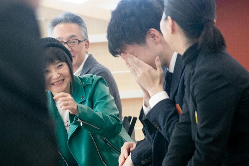 授賞式。秋山さん落涙。