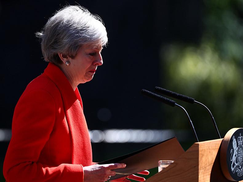 メイ英首相が辞意 離脱できず、涙の白旗