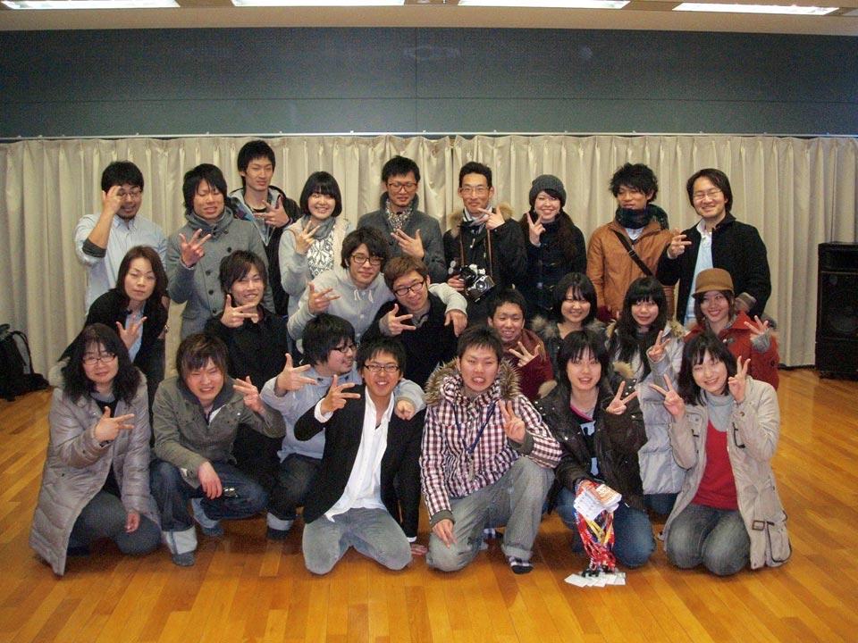 大学時代、「ここわらねっと」として活動する村尾さん(前列・右から3人目)。
