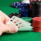 ポーカーについて テキサスホールデムで自分がAKのツーペアなどを完成させていても相手ハンドがポケットでセットを完成していたらと考えたら手が止まってしまいませんか?  なにか攻略法があるんでしょうか?