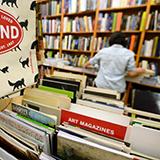 そこら辺にある普通の本屋に売ってない本って ネットでしか入らないのでしょうか?  それとも大きな本屋に行けば売ってるのでしょうか。