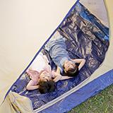 ソロキャンプ用のテントを探しています ソロキャンプ初心者です 公共交通機関を使った徒歩でのキャンプをしています 今使っているテントだけだと、雨天時の対応が難しいので 「テント+タープ」のセットで運用していますが 両方の重量が合計で4kgを越えており、重いです なのでタープを無くし、テントのみにする事で軽量化したいです 以上を踏まえた上で タープが無くても雨天に対応できるテントの購入を検討し...