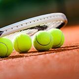 サークルでのテニス ストローク 安定のスライスか攻めのスピンか 社会人のサークルで週に2回打ってます。周りは自分よりレベルの高い人ばかりでついていくのがやっとという感じです。 自分はストロークをスピンで打つのが好きで威力もあるのですが、返球の体制が整わないときには振り抜いてスピンを打つ余裕がなく。 返すだけと割り切ってスライス(ブロック気味)だと安定して返りますが、威力はなく、ダブルスなの...
