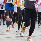 ランニングシューズとスパイクの違い 市民マラソン等の一般向けのマラソンに参加しようと思っていて、マラソン用のシューズを買おうと思っています。  陸上競技の知識は皆無なのですが、ちなみにマラソン用のス...