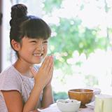 オムライスを食べる際、左手はお皿に添えますか?