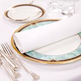 食事マナーについて! 自分の取り皿に食べ物が乗っていて 汁気が多いからと思い 皿の下に物を置いて 皿に傾斜をつけて汁きりする行為は 食事マナー的にアウトですか?