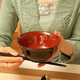 お茶碗の正しい持ち方って、手がすごく熱くなりませんか? お食事処のお茶碗は大丈夫なのですが、家のお茶碗はすごく熱くなります。安物だからですかね?