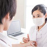 なぜ日本ではコロナワクチンを医療従事者や救急医療にあたる人の後、すべての高齢者から接種するのでしょうか? アメリカで新型コロナウイルスのワクチンを優先的に接種するのは、医療従事者や救急医療にあたる人にまず接種し、感染した場合症状が重くなる可能性高い基礎疾患のある人や、介護施設などで集団生活をする高齢者も優先的に接種しています。 これに続き、社会の維持に必要な職業の人や教職員などがしています。 日