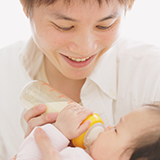 離乳食と母乳、いつまで併用するべきですか?  母乳の栄養はいつまであるものですか?  現在11ヶ月で完全母乳と離乳食3回ですが、2月から仕事を始める事になり、日中どうしてもおっぱいをあ げられません。 ...