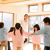 親がコロナ、PCR陽性なのを隠して保育園や幼稚園登園できますか?そのあたりの防止策はあるのですかね。