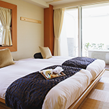 宿泊予定のビジネスホテル内でナンパをして部屋に連れ込むことはホテル的にOKでしょうか? ナンパ相手も宿泊者です。