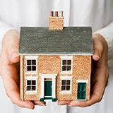 新築の賃貸物件に住み始めて半年弱ですが、ほぼ同時に入居した隣の住人は半年も経たない内に引越してしまいました。 最近、その隣の物件の募集が始まったのですが、家賃が1万円下がっていました。 いくら新築では...