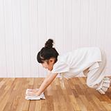壁紙の黒ずみについて… 凸凹タイプの壁紙なのですか、掛けていた絵を外したところ白さが全く違く… 重曹や中性洗剤などで掃除をしてもかなり色の差があります。  壁紙の黒ずみを掃除するのに オススメのアイテ...