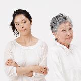 65歳の母。一人暮らしで暇そう。 60で定年退職してパートを週3くらいしているが 9~15時までと短く、 それ以上働く理由も働き口もなく あとの時間はウォーキングしたり習い事したり 友達とお茶したり家でくつろいでますが それでも退屈みたいで 少し遠出して各ショッピングモールで服を見たり、 食器を見て回って無駄遣いしてます。 毎日コロナ禍で自粛多めで一人暮らしで 寂しいんだと思います。 友...