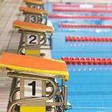 年少で習い事 スイミングの短期教室について 冬の二ヶ月間に週3回、約20回のスイミング短期教室に通いますが、 冬休みにはありません。 初めてのスイミングです。 子どもはプール大好きで、100回通いたいと言っています。 浮き輪でばた足したりクルクル回って、少しだけ泳げます。 授業内容はユルい感じがします。 体験に行きましたが、ちょっと遊んできた、みたいな感覚で、全く疲れていなくて、体力があ...