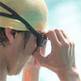 高校生なのですが、市民プールで泳ぐには競泳水着とスクール水着ならどっちが会いますか?一応胸がそれなりの大きさもあるのですが…