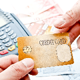 クレジットカードを名義人に保証人をつければ審査に通りますか?ちなみに名義人はブラックです。