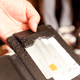 楽天デビットカードの国際ブランドを変えた場合、受け取り時に免許証などによる本人確認が再度必要になりますか?