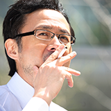 加熱式タバコに慣れて来た頃に紙巻きタバコを吸った場合、何故あんなに変な味覚に感じるのでしょうか?