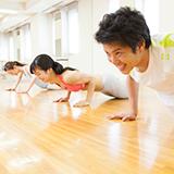 筋力トレーニングについて  腕立て伏せ 15回×3セット 腹筋(上体起こし) 15回×3セット 背筋(上体起こし) 15回×3セット かがみ跳躍 15回×3セット を仲間内で実施しています。 順序としては大きい筋肉から実施...