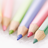 Ponkyという色鉛筆を使ってますが、子供がどこかへ鉛筆削りを無くしてしまったようです。(探せば出てくるとは思いますが) サクラクレパスのクーピーと似たような色鉛筆だと思うのですが、こちらのような素材は普通の鉛筆削りで削るとダメでしょうか? また、100均などで代用で削れるものはありますでしょうか? よろしくお願いします。