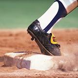 野球で バッターが空振りした後 キャッチャーが拾ったボールをバッターにタッチしにいくのをみますが、 もしかしてバッターは空振りした後に走って一塁に間に合えばセーフなんですか? 記録は安打になるのですか?