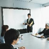 チェーン店のレストランで働いている場合に役員と話しをしたり、用があったりする場合は店長、副店長になりますか? 本社が東京、大阪で色んな場所に展開している場合です。  自分もチェーン店で働いていましたが、短い間で辞めた事もありハッキリはわかりません。  あまりチェーン店の、一般従業員とかアルバイトでは役員と話したり、用があったり等はないかも?  と思いました。こんな感じですか?