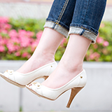 最近厚底の靴を買って(ローファーみたいな形の厚底の靴)(店で)、自分の足のサイズがLサイズしか入らないのでLサイズの靴を買いました。 で、翌日それを履いて出かけようとしたらバコバコ(?)で踵の部分が脱げやすい状態なのですが、そういう場合はどうすればいいでし 靴 靴の巾 厚底靴
