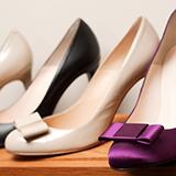 女です。 ナイキエアフォースワンシャドウとsage lowではサイズ感は変わりますか? 色々調べましたがサイズが小さめだからハーフサイズ大きめを選ぶと良いと書いてあるものもありますが、エアフォースワンはナイキの中ではゆったりめのサイズで作られているという人もいました。 ナイキエアマックス97では24センチを履いています。 靴屋さんではシャドウしかなくシャドウは23.5がちょうど良いという感じ...