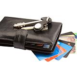 ポールスミスの二つ折り財布の購入を悩んでいるのですが 店舗で買うのと オンラインストアで 買うのでは値段が変わってきますか? どちらで買う方が安く済みますか?
