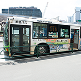 路線バスの行き先標示について  最近の路線バスのLED行き先表示機(方向幕)は、 経由地なども標示していますが、経由地を過ぎると経由地が消えて、  別の標示(行き先だけとか)に切り替わってますよね。  あ...
