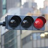信号が黄色から赤に変わった直後に進むと信号無視ですか 右折の矢印が消えたときにそういう車を見かけます
