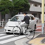 自転車の歩道走行のことで複数質問があります。  1、歩道を自転車で徐行していたら前に人が立ちはだかって 私が進めないようにして「自転車は車道にいけ」と怒られ、どきませんでした。 歩行者優先はわかりま...