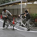 札幌市の菊水円形歩道橋がある交差点の交通ルールについて質問です。(菊水3-4,3-5,5-3,6-3,6-4の交差点) 質問1: この交差点を車で通る場合、6つの道路が合流しているので、自分が来た道を除いて5方向へ進むことができます。1つの道路を除いて片道2車線ありますが、その2車線の道路から進入する場合、左車線の車は左斜め後ろ、左斜め前、まっすぐの3方向に進むことができ、右車線の車は右斜め...