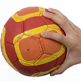 ハンドボールのルールに関する質問です。  以前、ハンドボールの練習中のことです。 ポストパスをキャッチしようとしたポストに対し、ディフェンスがポストの後方から首~顔に手をかけて後方に引き倒し、ポスト...