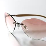 セルフレームのメガネで、鼻にあたる部分て、鼻の脂?でセルフレームが少し溶けるような感じになりますか?