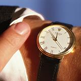 Gショック5081という腕時計を使っているのですが、夜12時にピピッという音がなって困っています。 どなたか音がならないようにする方法教えてください!