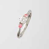 k18の古いデザインの指輪。こういう古いデザインの指輪がお姫様みたいで可愛いなぁ と思うのですが 今は金が高いから華奢が主流だし やっぱりデザインが古くて 客観的にみると 成金ぽいとかださいとか そんな感じですか?
