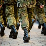 自衛隊の観閲式について質問です。 陸上自衛隊の観閲式の普通科連隊の行進の際1中隊と2中隊の装備が違うのはなんか理由があるんですか?素の状態で行進した方がいいからですか? 1中隊: 戦闘服と89式小銃 2中隊:戦闘服と89式小銃と2型ボディーアーマなどの重装備