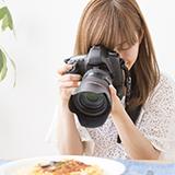 一眼レフカメラを購入したいです オススメは在りますか? 予算は5万円程度です。 暗がりでも良く撮れるものが好ましいです ミラーの有無は問いません。(画にした差異が分からないから)