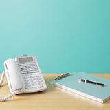 会社の電話の質問です。 現在ビジネスフォンとやらをリース契約(7年)で使っています。光回線で電話もネットもそこからになっているようです。 家族経営の小さな会社で、電話の通話はほとんど携帯でしていますが、会社の電話番号、FAX(複合機)の番号が必要です。 何を言いたいかというと、ビジネスフォンが必要か否かです。この様な会社形態なら、いかがなものでしょうか? 色々と進化が止まらないこのご時世、何...