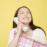 番号押すボタンがない電話?受話器? 学校や会社にあるようですが 取るとどこかに繋がると思うんですが 受話器を取るとどこに繋がるんですか?