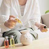 【香りの強い部屋用芳香剤をお教えください。】 香りの強い部屋用芳香剤を探しております。 香りの種類は、 1、せっけん(シャボン)系 2、ベビーパウダー系 3、フローラル系 4、ダウニー・エイプリルフレッシュ等の柔軟剤系 のいずれかで、とにかく香りの強いモデルを探しております。 よろしくお願いいたします。