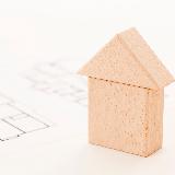 住宅購入についての税制に詳しい方にお聞きしたいです。 夫婦で色々と調べましたがどうしてもわからない事があります。 どうかお力を貸していただけたらと思います。 土地と住宅(新築)を購入するにあたり、 「妻名義の土地(妻が全額負担)」に「共有名義の建物(支払い額に応じて夫9割・妻1割の持ち分)」を予定しています。 ①妻側の実家より金銭の贈与があるので、支払いが先になる土地代に充てるのですが、...