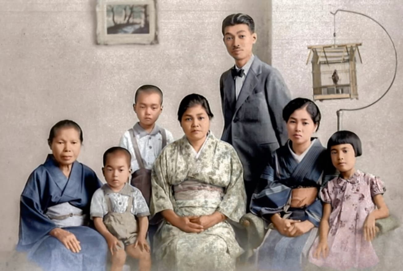 左から二人目が濱井徳三さん (1939年に撮影された写真をカラー化)