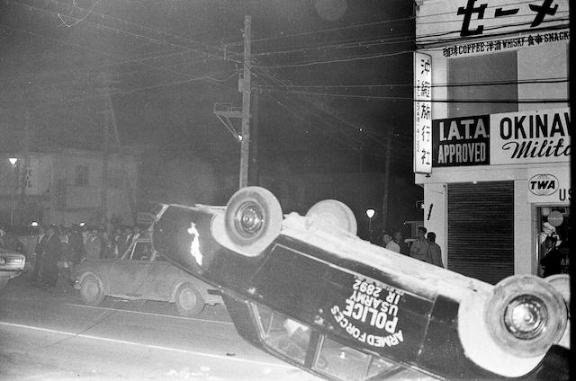 群衆によって火をつけられた米軍関係者の車両=1970年12月20日未明、コザ市中の町