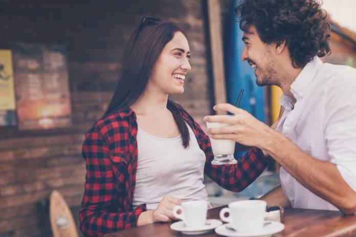 ボディタッチする女性の心理とは? 初対面の人の心を掴む方法