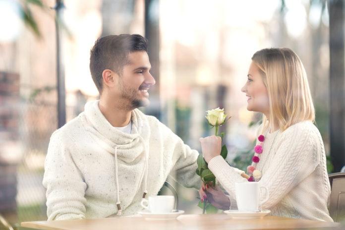 あなたと恋愛したい男がとる、好意のサインとは?