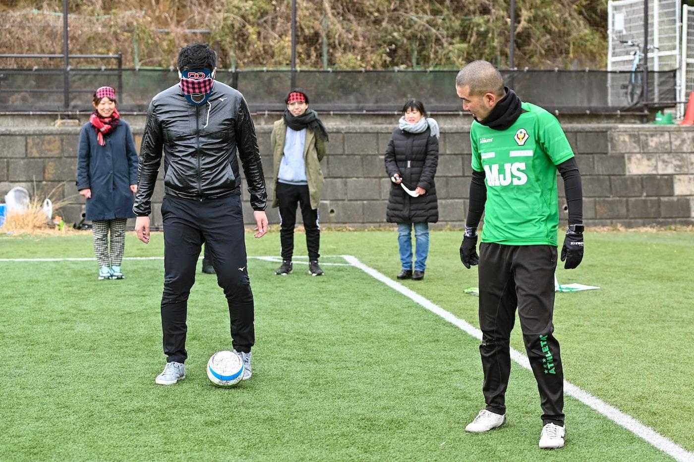 アイマスクをしてボールを蹴るDOマン