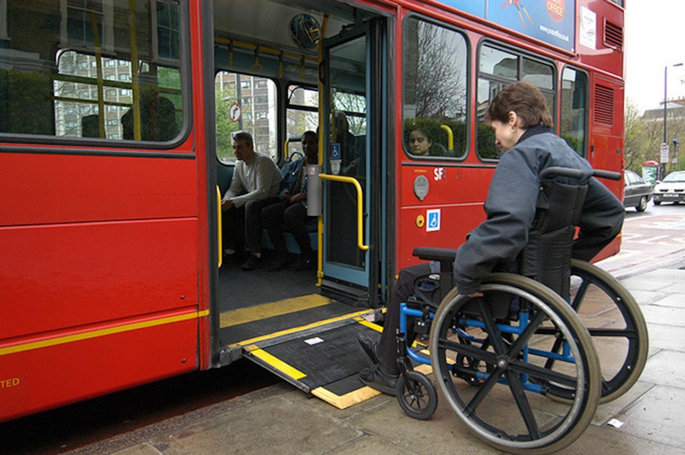 ロンドン市内を走る車いす用のスロープが装備されたバス